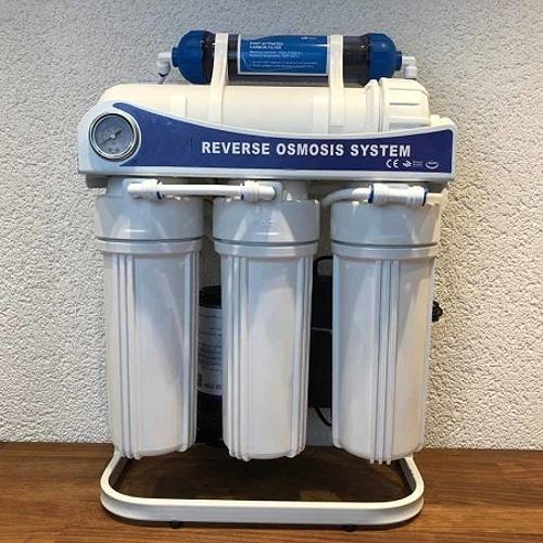 Untertisch-Osmoseanlage mit Hochleistungspumpe