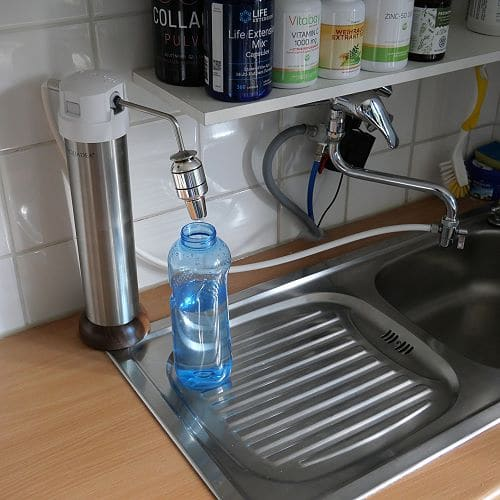 Auftisch-Wasserfilter am Wasserhahn angeschlossen