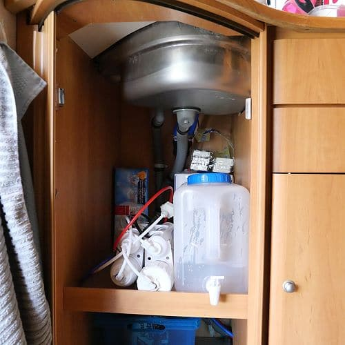 Wasserkanister unter der Wohnwagen Küchenspüle