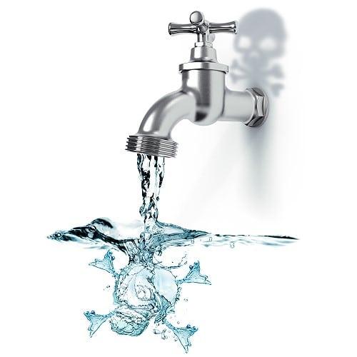 mit Schadstoffen kontaminiertes Trink- und Mineralwasser
