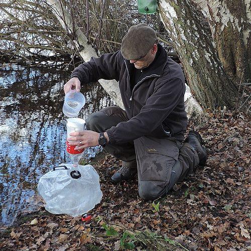 Das Wasser wird mit einem Filterbeutel vorgefiltert