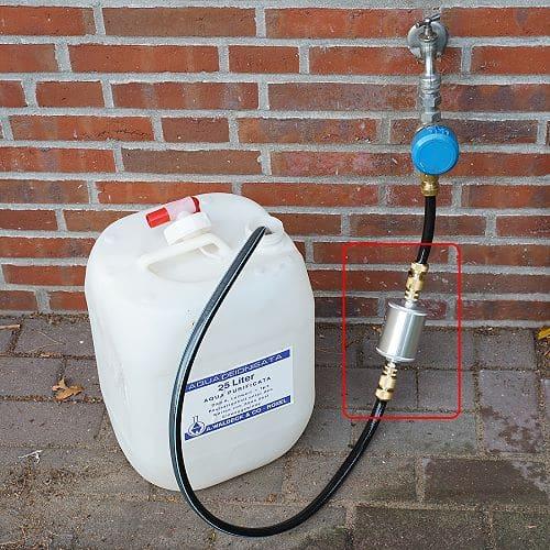 Wasserkanister mit gefiltertem Wasser befüllen
