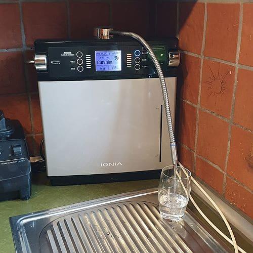 Wasserionisierer zur Herstellung von basischem Wasserstoff-Wasser