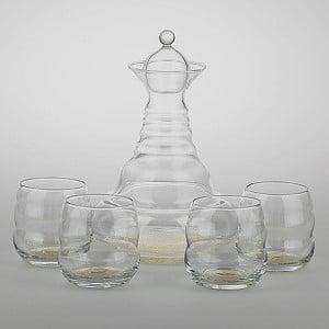 Wasserkaraffen und Gläser mit Blume des Lebens