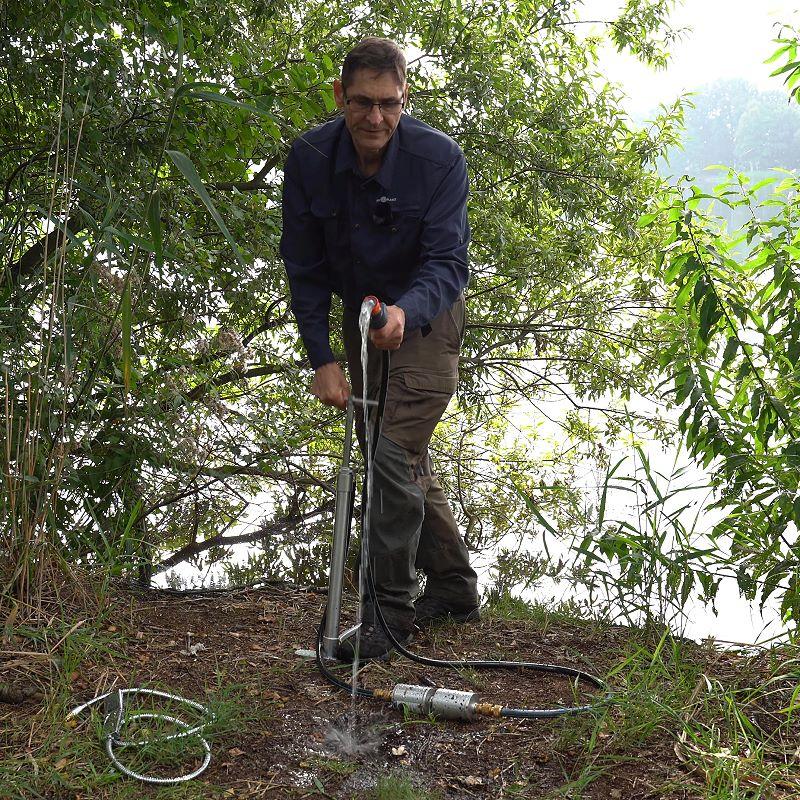 autarke Wasserversorgung mit der Handpumpe aus einem See